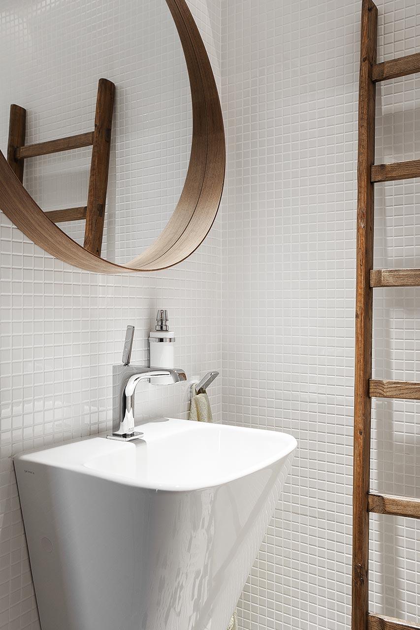 Łazienka z białą mozaiką
