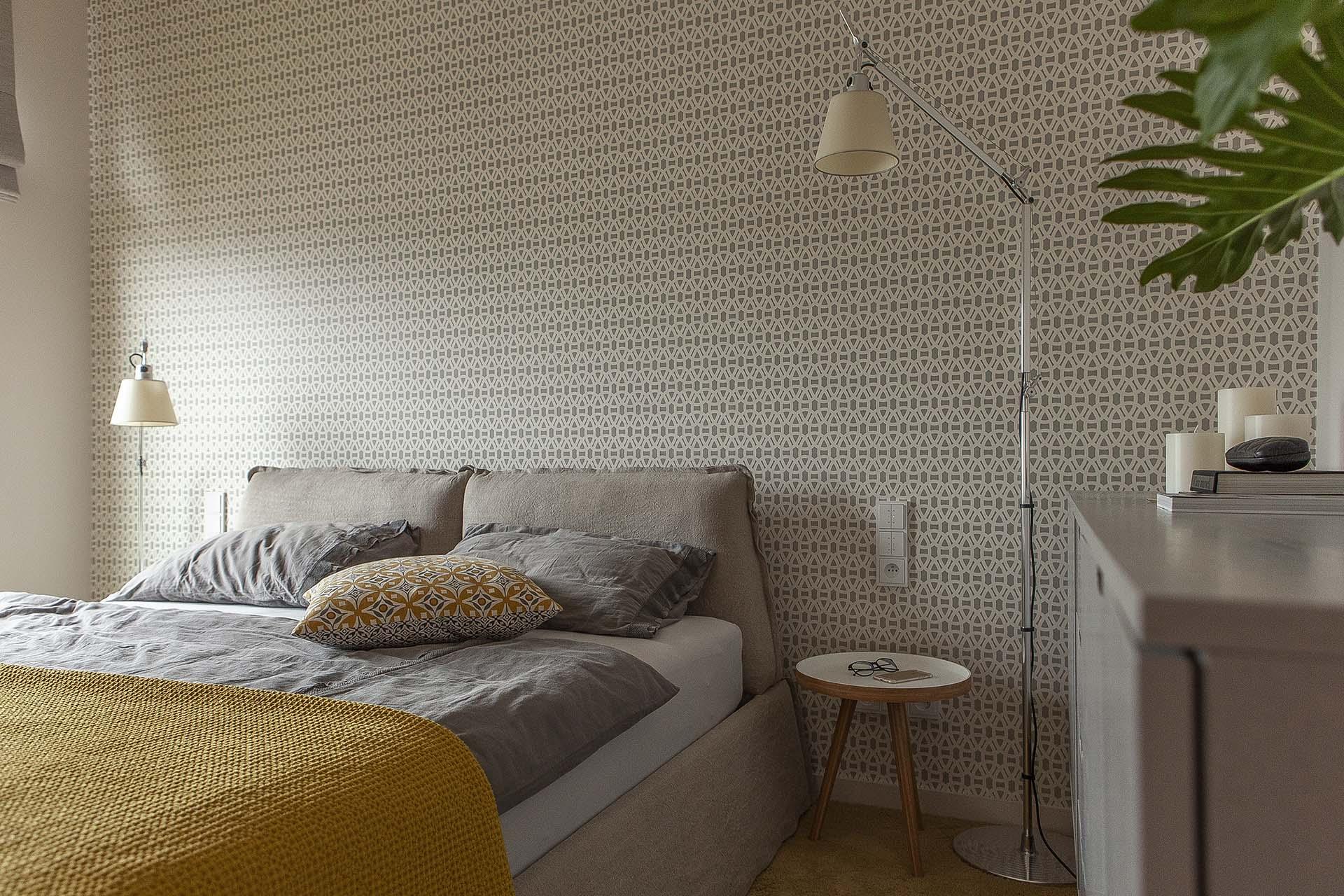 Sypialna z żółtym akcentem